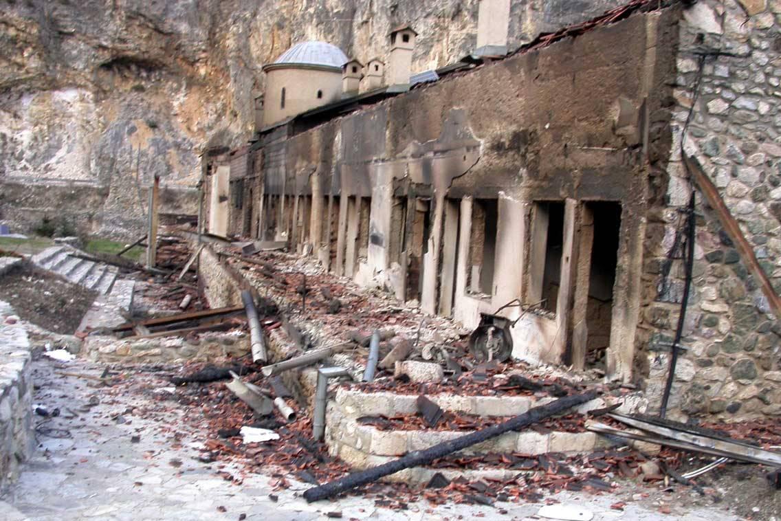 Ostaci spaljenog Dušanovog konaka u manastiru Sveti Arhangeli kraj Prizrena nakon martovskog pogroma 2004. (Foto: eparhija-prizren.org)
