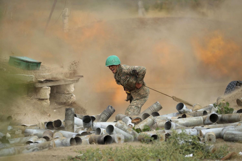 Jermenski vojnik prilikom ratnih dejstava prema položajima Azerbejdžana u Nagorno-Karabahu, 29. septembar 2020. (Foto: PAN Photo via AP/Sipan Gyulumyan/Armenian Defense Ministry Press Service)