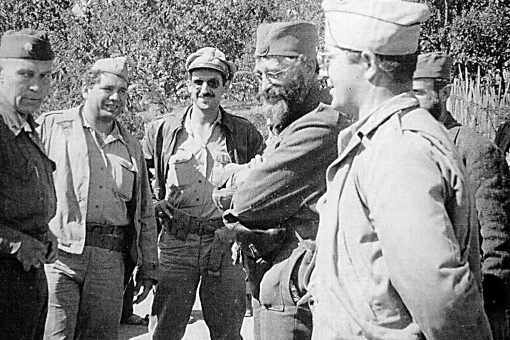 General Dragoljub Mihailović sa članovima američke vojne misije pri JVuO, pukovnikom Robertom Mekdauelom, kapetanima Džordžom Musulinom i Nikom Lalićem i poručnikom Majklom Rajačićem, Pranjani, 6. septembar 1944. (Foto: Wikimedia/pogledi.rs)