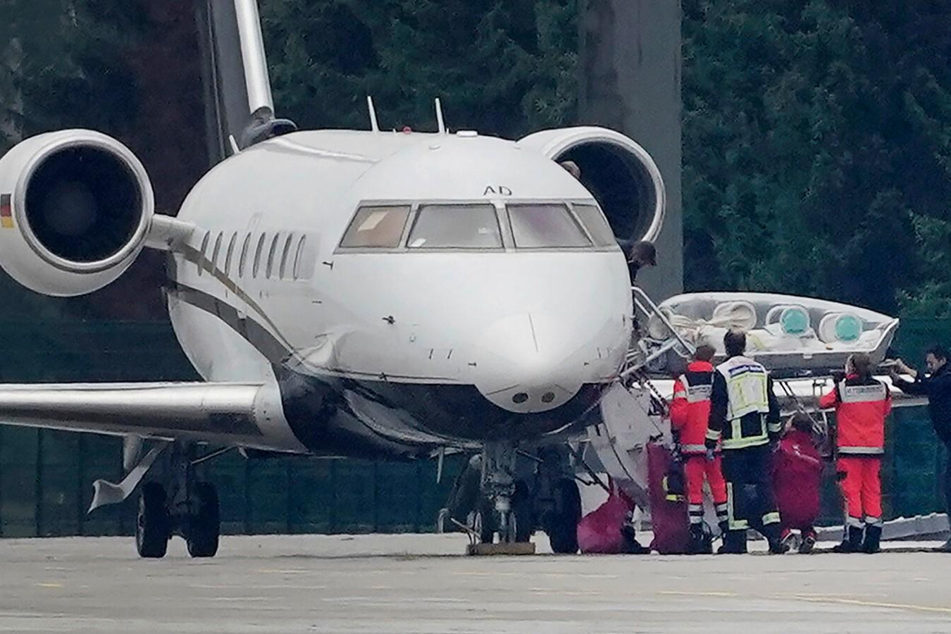 Medicinski radnici iznose Navaljnog na berlinskom aerodromu (Foto: Michael Kappeler/DPA, via Associated Press)