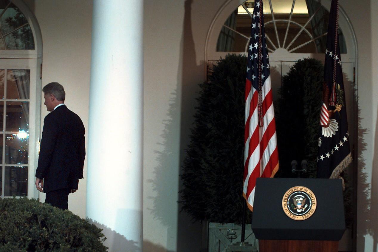 Bivši američki predsednik Bil Klinton tokom odlaska nakon govora u Beloj kući tokom kojeg se izvinio zbog postupaka koji su pokrenuli impičment 1998. godine (Foto: Paul Hosefros/The New York Times)