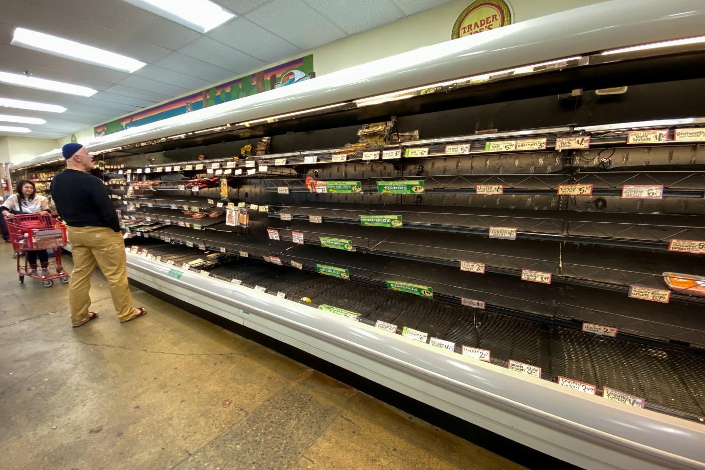 Prazni rafovi u jednoj prodavnici prehrambenih proizvoda usled stvaranja zaliha zbog pandemije koronavirusa, Ensinitas, Kalifornija, 12. mart 2020. (Foto: Reuters/Mike Blake)