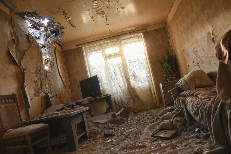 Ruševine u stanu u jednom stambenom bloku u Stepanakertu nakon granatiranja od strane Azerbejdžana, 03. oktobar 2020. (Foto: David Ghahramanyan/NKR InfoCenter PAN Photo via AP)