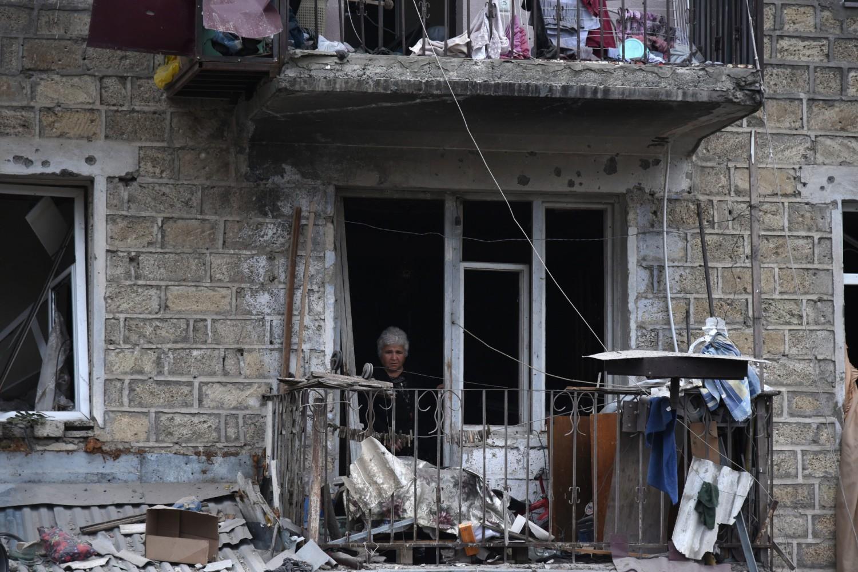 Žena na balkonu posmatra ruševine nakon granatiranja Stepanakerta od strane azerbejdžanske artiljerije, 04. oktobar 2020. (Foto: EPA/David Ghahramanyan/NKR INFOCENTER/PAN Photo)