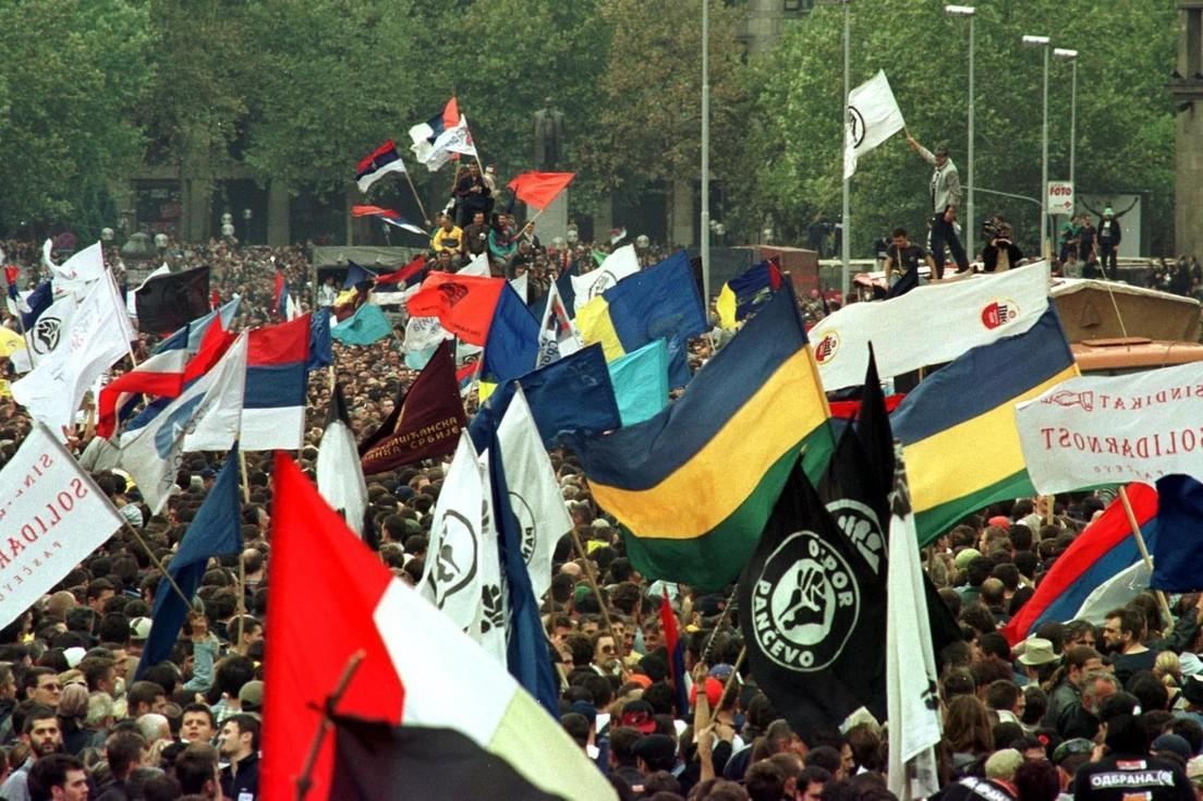Demonstranti sa zastavama Otpora i raznih drugih pokreta i političkih stranaka tokom demonstracija ispred Narodne skupštine, 05. oktobar 2020. (Foto: Tanjug/Rade Prelić)
