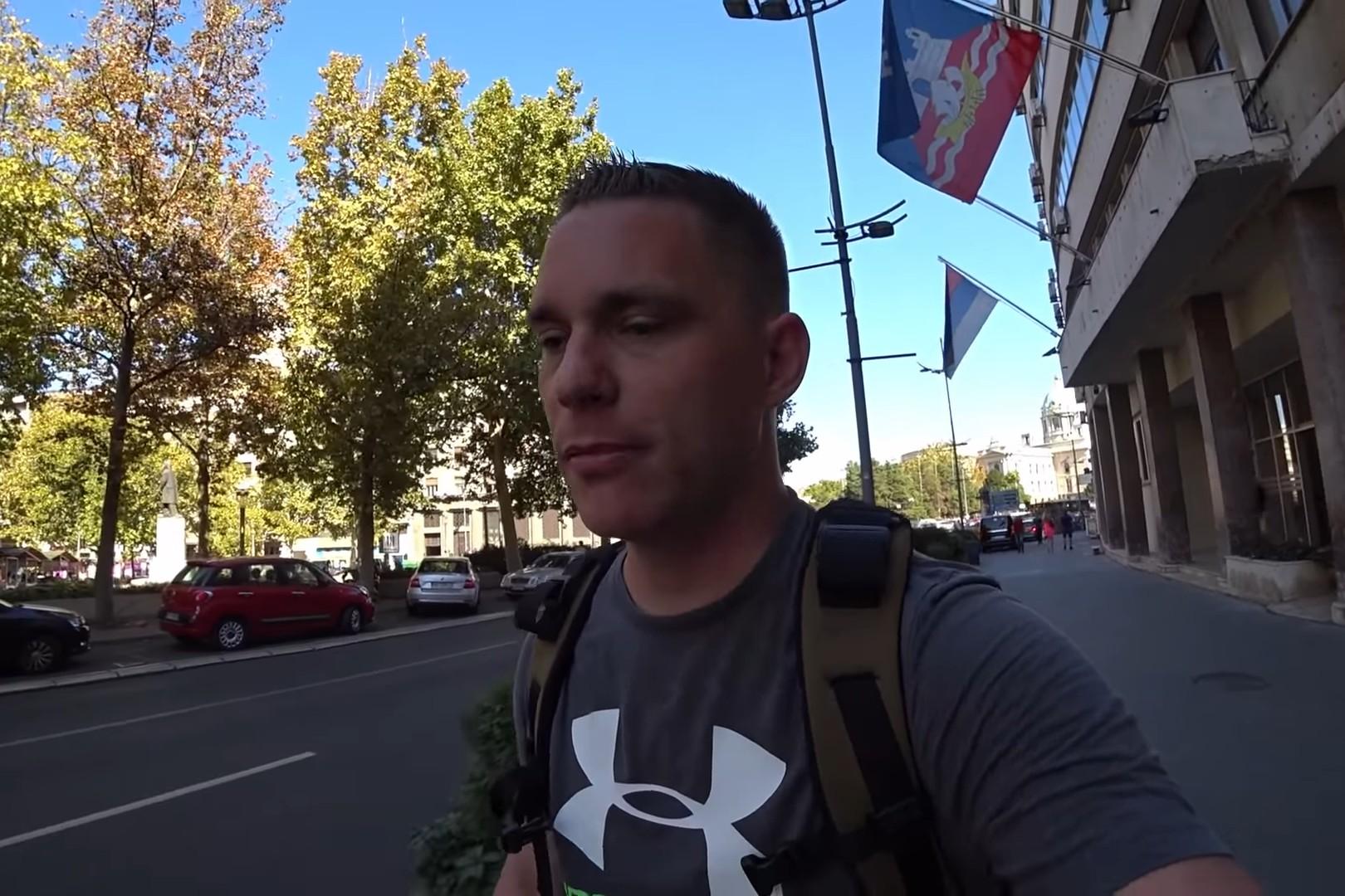 Bred Beket tokom šetnje u blizini Terazija u Beogradu (Foto: Snimak ekrana/Jutjub)