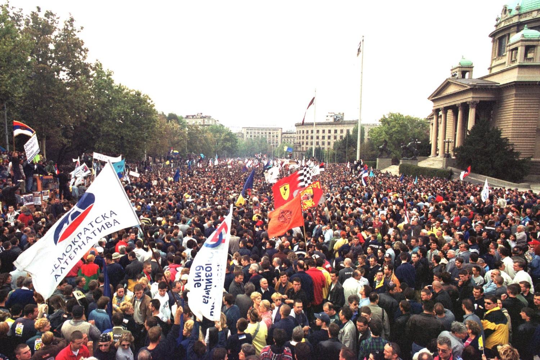 Građani tokom protesta ispred Narodne skupštine, 05. oktobar 2000. (Foto: Tanjug/Rade Prelić)
