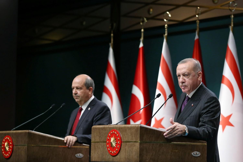 Turski predsednik Redžep Tajip Erdogana i predsednik Severnog Kipra (turskog dela Kipra) Ersin Tatar tokom konferencije za medije, Ankara, 06. oktobar 2020. (Foto: Presidential Press Office/Reuters)
