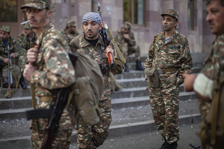 Jermenski dobrovoljci tokom mobilizacije i zaduživanja uniforme i oružja, Hadrut, 29. septembar 2020. (Foto: AP Photo/Karen Mirzoyan)