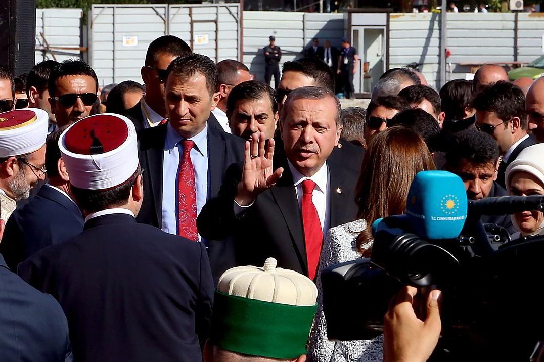 Predsednik Turske Redžep Tajip Erdogan tokom susreta sa albanskim muslimanima ispred jedne džamije u Tirani, 13. maj 2015. (Foto: AP Photo/Hektor Pustina)
