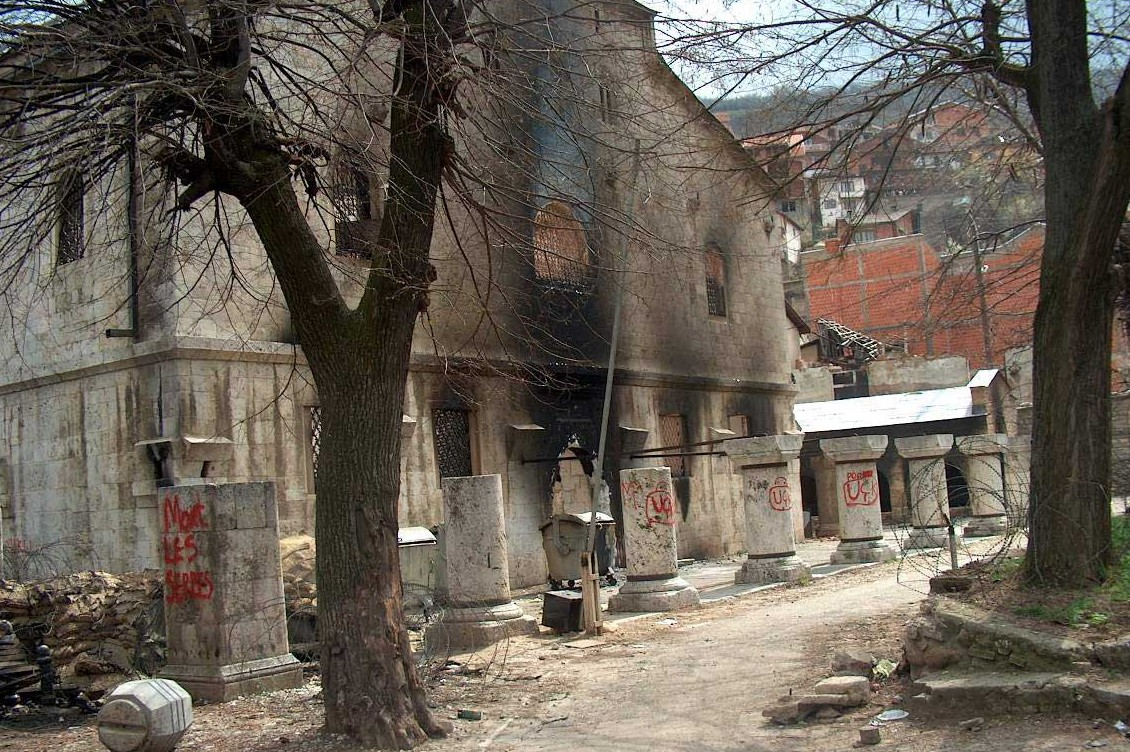 Zapaljena i oskrnvljena crkva Svetog Đorđa u Prizrenu nakon martovskog pogroma 2004. (Foto: spc.rs)