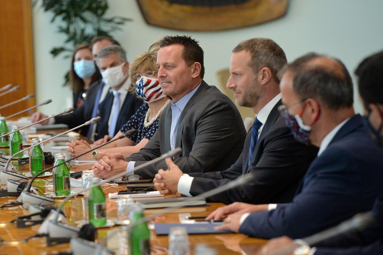 Ričard Grenel, Adam Boler i Entoni Godfri sa ostalim članovima američke delegacije tokom sastanka sa srpskom delegacijom uoči otvaranja kancelarije DFC u Beogradu, 22. septembar 2020. (Foto: Tanjug/Zoran Žestić)