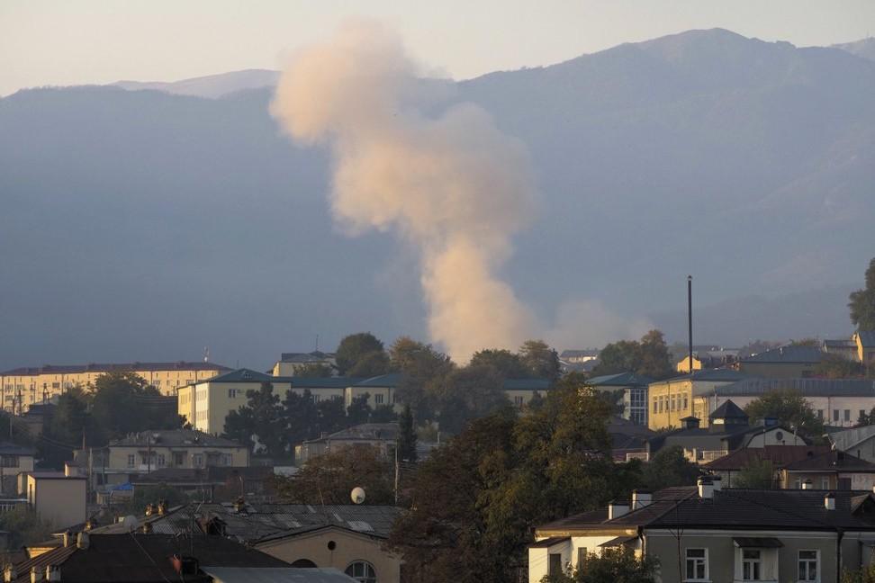 Dim iznad Stepanakerta nakon granatiranja azerbejdžanske artiljerije, 29. oktobar 2020. (Foto: AP Photo)