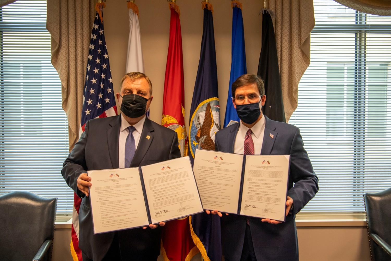 Bugarski ministar odbrane Krasimir Karakačanov i američki ministar odbrane Mark Epser drže kopije potpisane desetogodišnje mape puta u odbrambenoj saradnji u Pentagonu, Vašington, 06. oktobar 2020. (Foto: Air Force Staff Sgt. Jack Sanders)