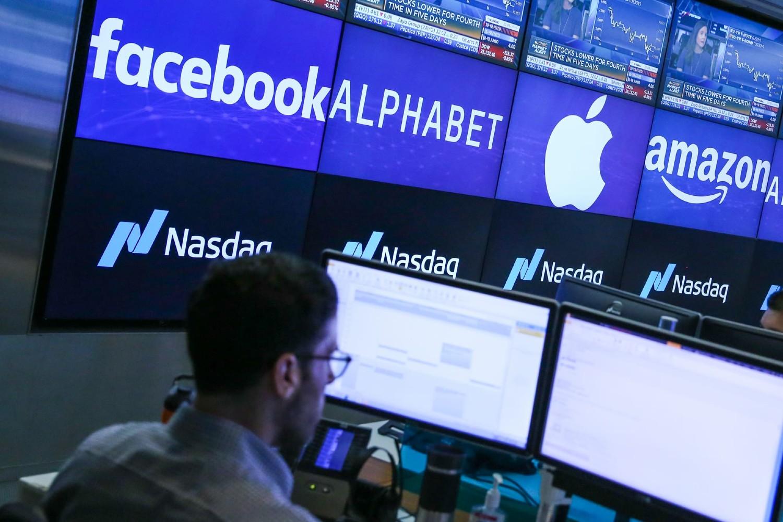 Logoi i akcije velikih tehnoloških kompanija na monitorima na berzi NASDAQ u Njujorku (Foto: Adam Jeffery/CNBC)