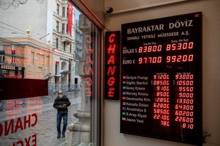 Slom lire gura Tursku u provaliju