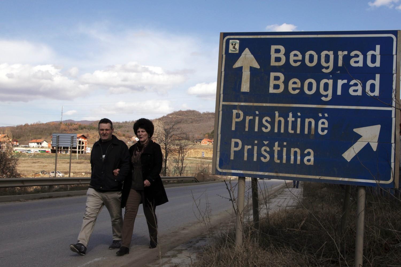 Saobraćajna signalizacija koja pokazuje dva različita pravca ka Beogradu i Prištini u Kosovskoj Mitrovici (Foto: Hazir Reka/Reuters)