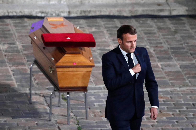 Francuski predsednik Emanuel Makron prolazi pored kovčega ubijenog francuskog profesora Samuela Patija u dvorištu Univerziteta u Parizu tokom komemoracije, Pariz, 21. oktobar 2020. (Foto: AP Photo/Francois Mori, Pool)