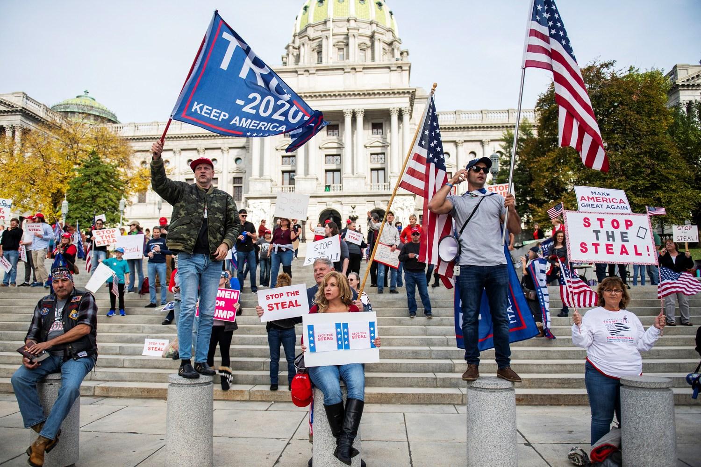 Pristalice američkog predsednika Donalda Trampa tokom protesta zbog navodne krađe glasova na predsedničkim izborima ispred zgrade Kapitola, Harisburg, Pensilvanija, 05. novembar 2020. (Foto: Reuters/Mark Kauzlarich)