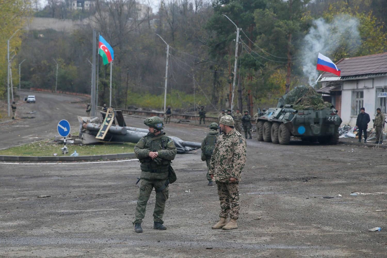 Азербејџански војник и руски миротворац на контролној тачки у близини града Шуши у Нагорно-Карабаху, 13. новембар 2020. (Фото: Reuters/Stringer)
