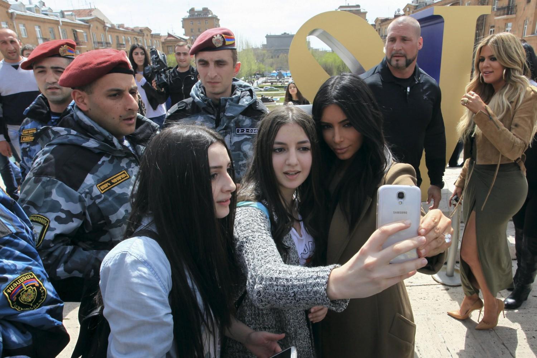 Америчка телевизијска звезда Ким Кардашијан у сусрету и фотографисању са њеним обожаватељкама у Јеревану, у пратњи своје сестре Клои, 09. април 2015. (Фото: Reuters/Vahram Baghdasaryan/Photolure)