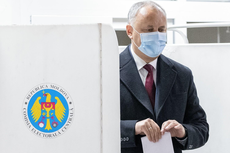 Predsednik Moldavije Igor Dodon prilikom glasanja na svom izbornom mestu u Kišinjevu, 01. novembar 2020. (Foto: AP Photo/Roveliu Buga)