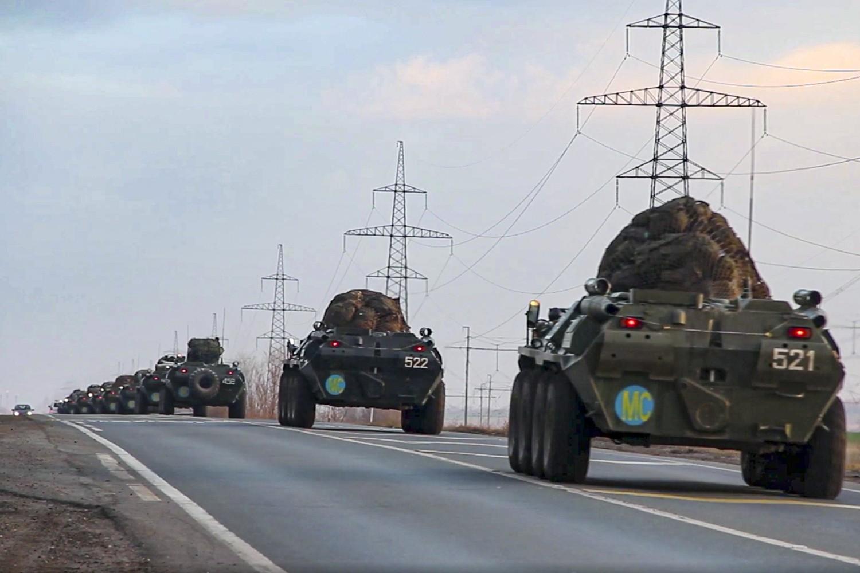 Ruska oklopna vozila sa mirovnjacima na putu ka aerodromu gde se vrši ukrcavanje za Nagorno-Karabah, 10. novembar 2020. (Foto: Russian Defense Ministry Press Service via AP)