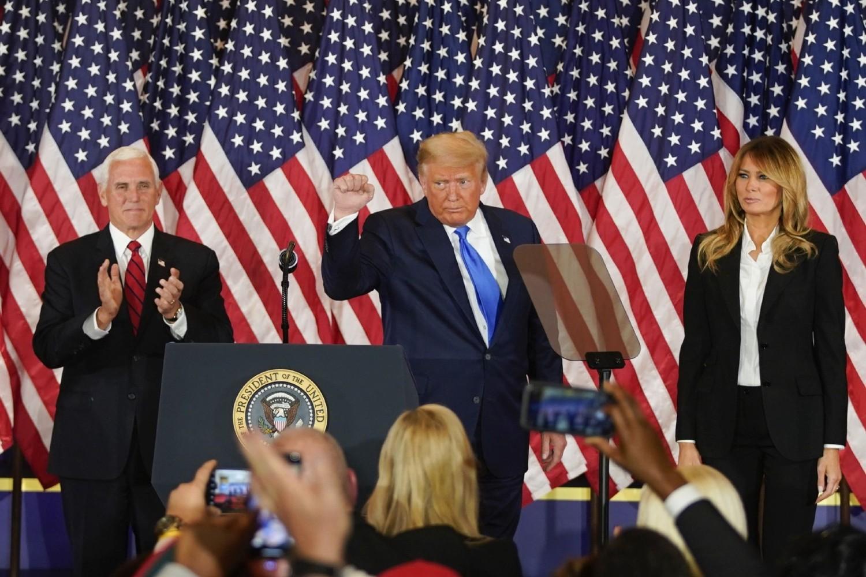 Predsednik Donald Tramp u prisustvu potpredsednika Majka Pensa i supruge Melanije Tramp gestikulira tokom konferencije za medije u izbornoj noći u Beloj kući, Vašington, 04. novembar 2020. (Foto: Bloomberg/Al Drago)