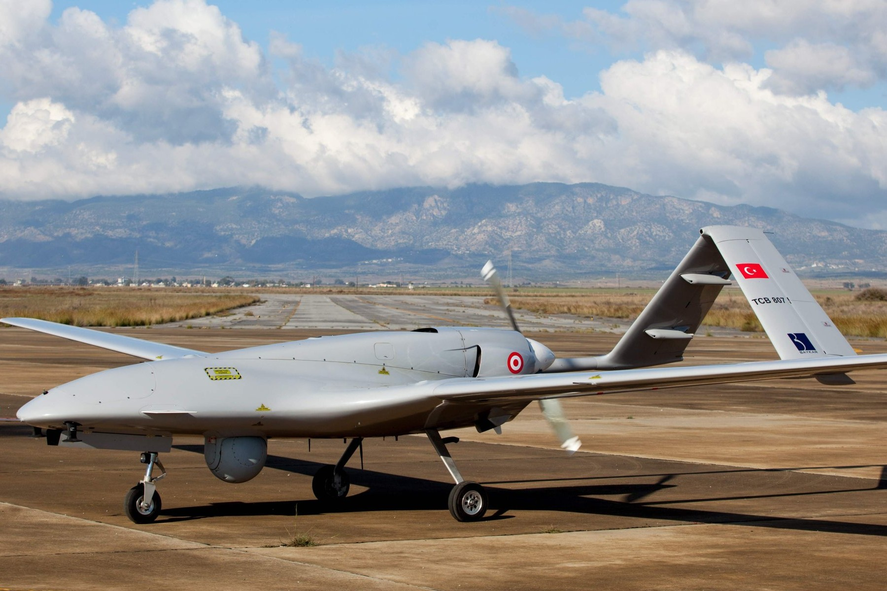 """Turski dron """"bajraktar TB2"""" u vojnoj vazduplohovnoj bazi Gectikale blizu Famaguste na Severnom Kipru (Foto: AFP Photo)"""