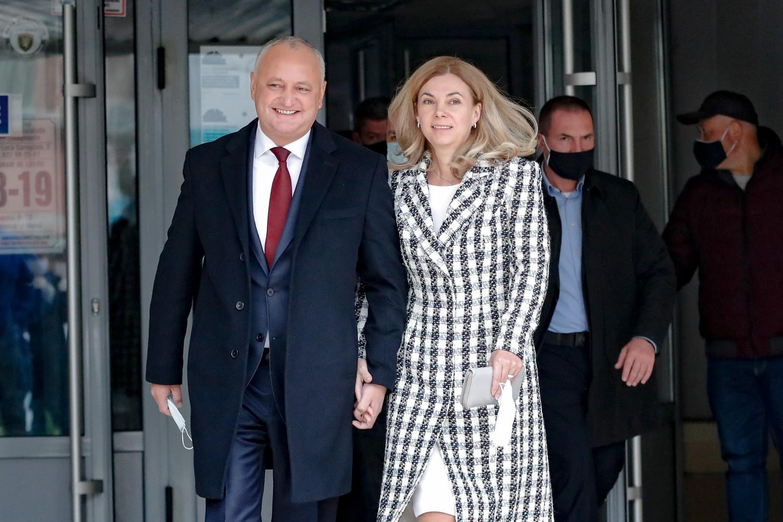 Aktuelni predsednik Moldavije Igor Dodon i njegova supruga Galina neposredno po izlasku sa biračkog mesta tokom drugog kruga predsedničkih izbora, Kišinjev, 15. novembar 2020. (Foto: AP Photo/Roveliu Buga)