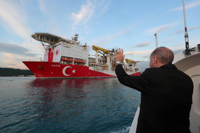 """Predsednik Turske Redžep Tajip Erdogan ispraća turski brod za bušenje """"Fatih"""", Istanbul, 29. maj 2020. (Foto: Presidential Press Office/Reuters)"""