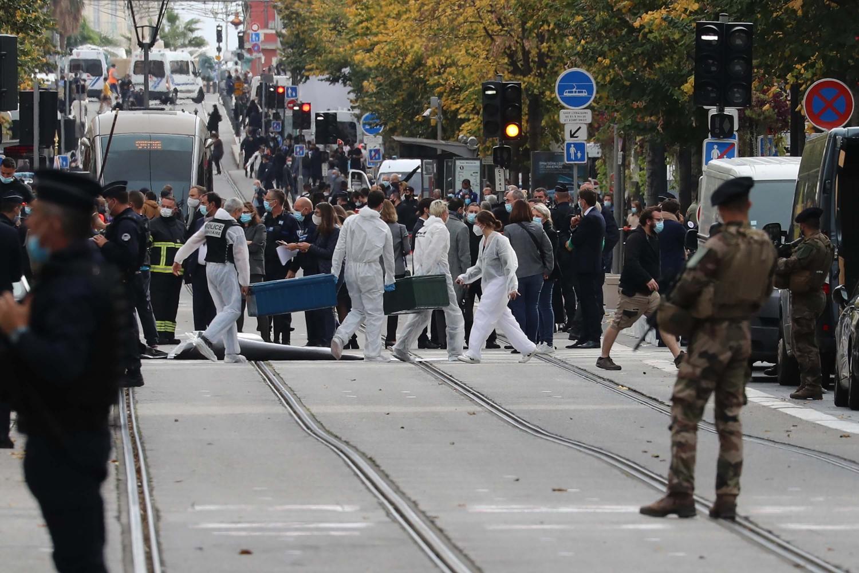 Forenzičari i francuski vojnici na ulicama Nice na mestu nedavnog napada nožem, 29. oktobar 2020. (Foto: Valery Hache/AFP via Getty Images)