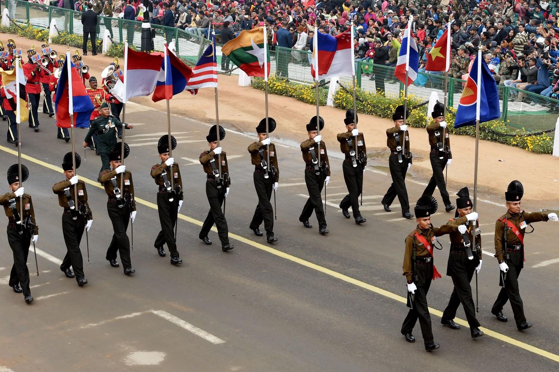 Kontigent indijske vojske maršira držeći zastave zemalja članica ASEAN-a tokom generalne probe parade povodom Dana republike, Nju Delhi, 23. januar 2018. (Foto: AFP/Money Sharma)