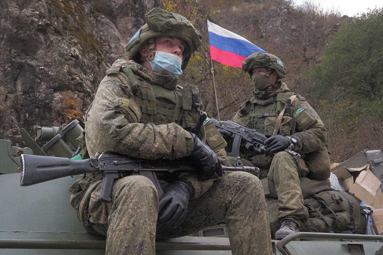 Ruski mirotvorci sede na tenku dok patroliraju područjem oko jermenskog manastira Dadivang u Kelbadžaru, 14. novembar 2020. (Foto: AP Photo/Dmitry Lovetsky)