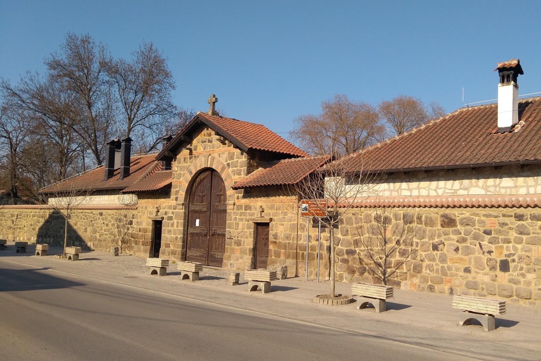 Zidine i kapija manastira Gračanica u centru Gračanice (Foto: Radomir Jovanović/Novi Standard)