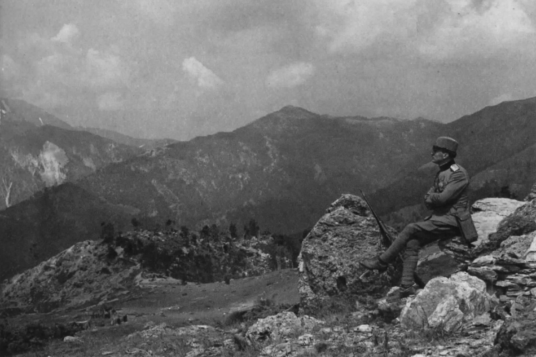Srpski vojnik gleda na kajmakčalanski masiv sa Gornjeg požara, Solunski front (1917-1918) (Foto: Wikimedia/Frédéric Boissonnas/PetarM)