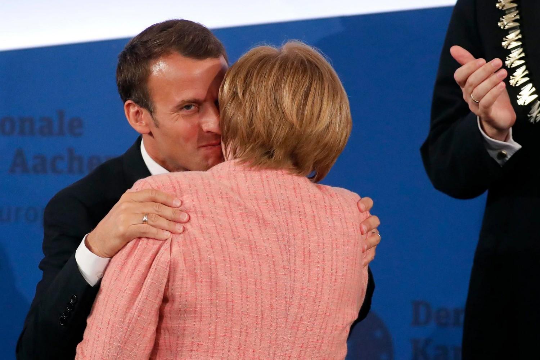 Francuski predsednik Emanuel Makron u zagrljaju sa nemačkom kancelarkom Angelom Merkel na ceremoniji dodele nagrade Karla Velikog u Ahenu, 10. maj 2018. (Foto: Reuters/Wolfgang Rattay)