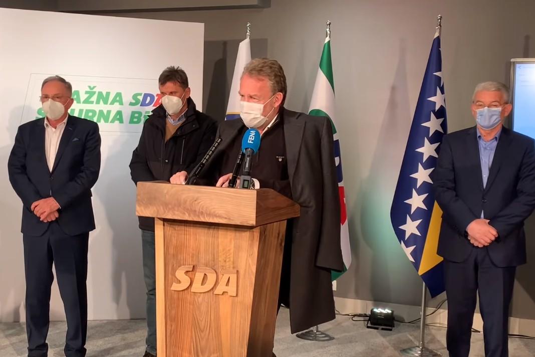 Predsednik SDA Bakir Izetbegović tokom prvog obraćanja medijima nakon dobijenih rezultata lokalnih izbora, Sarajevo, 15. novembar 2020. (Foto: Snimak ekrana/Jutjub)