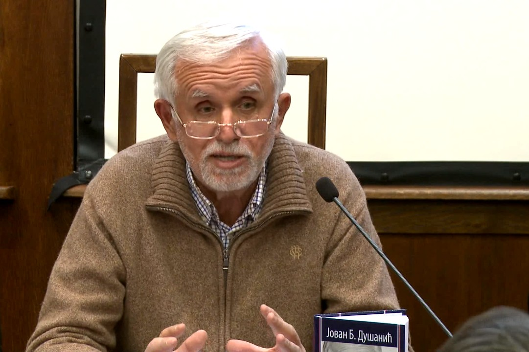 """Prof. dr Jovan B. Dušanić tokom predstavljanja svoje knjige """"Neoliberalizam"""" (Foto: Snimak ekrana/Jutjub)"""