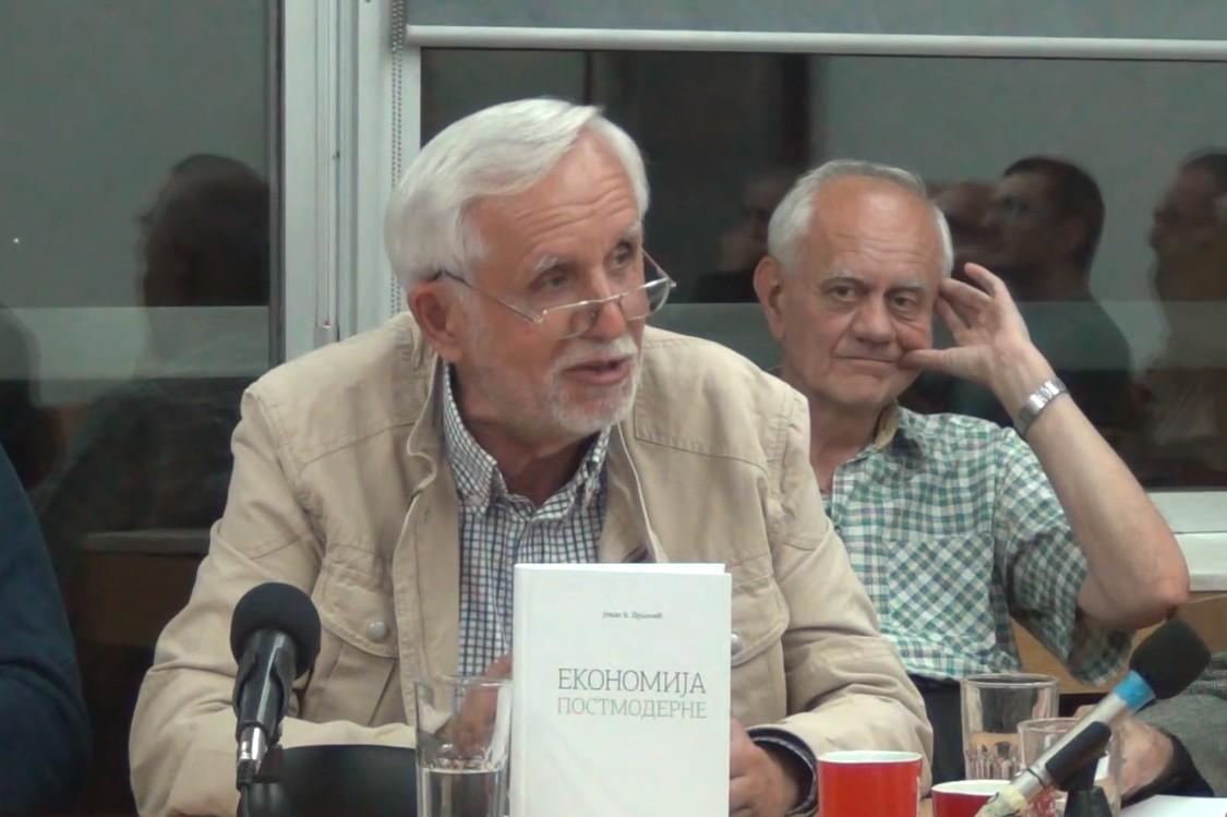 """Prof. dr Jovan B. Dušanić tokom predstavljanja svoje knjige """"Ekonomija postmoderne"""" (Foto: Snimak ekrana/Jutjub)"""