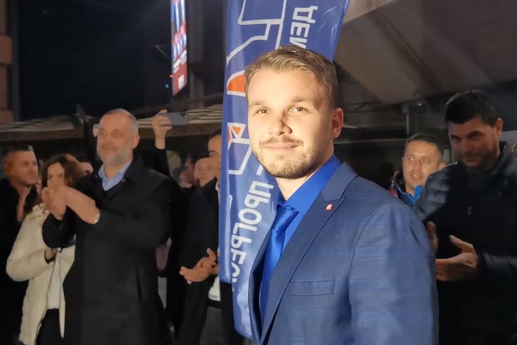 Novoizabrani gradonačelnik Banjaluke Draško Stanivuković tokom proslave izborne pobede na Trgu Krajine, Banjaluka, 15. novembar 2020. (Foto: Snimak ekrana/Jutjub)