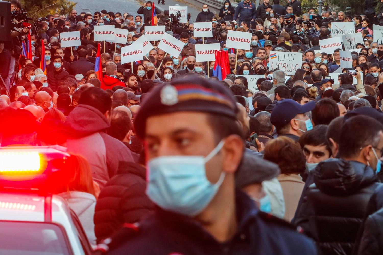 Policajac tokom obezbeđivanja masovnog protesta građana Jerevana zbog sporazuma o zaustavljanju borbi oko Nagorno-Karabaha (Arcaha), 12. novembar 2020. (Foto: AP Photo/Dmitri Lovetsky)