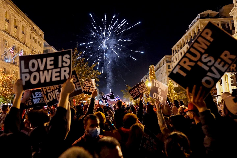 Pristalice Demokratske stranke ispaljuju vatromet i slave pobedu novoizabranog američkog predsednika Džoa Bajdena na trgu Black Lives Matter u Vašingtonu, 07. novembar 2020. (Foto: AP Photo/Jacquelyn Martin)