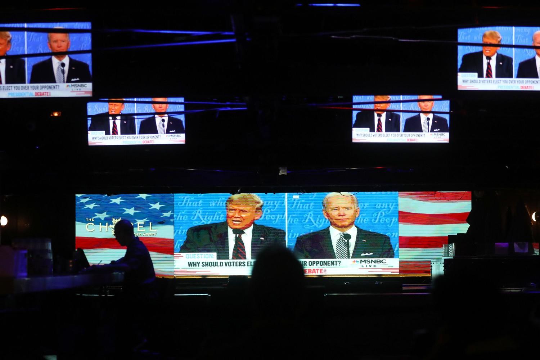 Emitovanje prve predsedničke debate između Donalda Trampa i Džoa Bajdena na ekranima u jednom kafiću u Kaliforniji (Foto: Mario Tama/Getty Images)