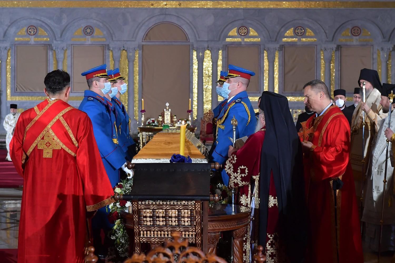 Pripadnici Garde Vojske Srbije tokom sahrane patrijarha Irineja u Hramu Svetog Save pored kovčega, Beograd, 22. novembar 2020. (Foto: Ministarstvo odbrane RS)