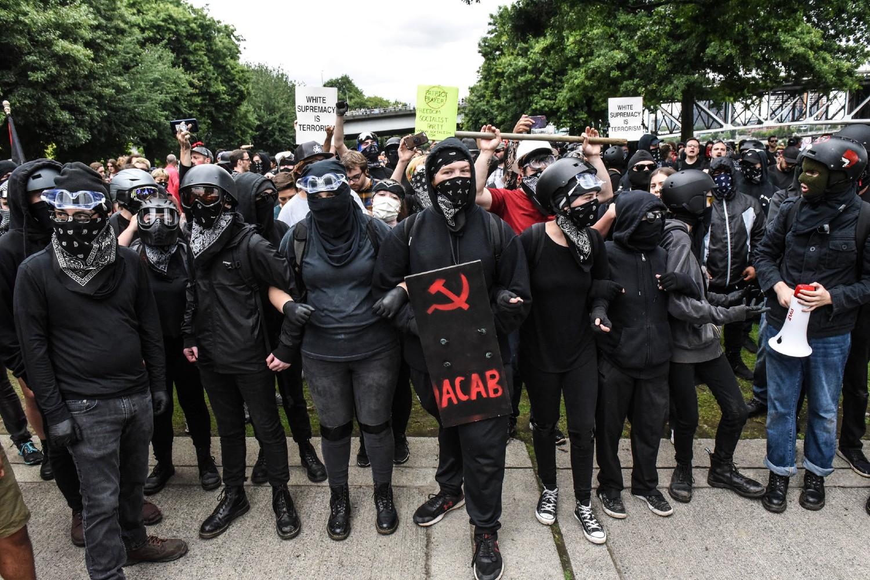 Pripadnici Antife tokom jednog protestnom skupu u Portlandu, Oregon, avgust 2019. (Foto: Stephanie Keith/Getty Images)