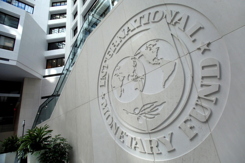Logo Međunarodnog monetarnog fonda (MMF) ispred sedišta institucije u Vašingtonu (Foto: Yuri Gripas/Reuters)