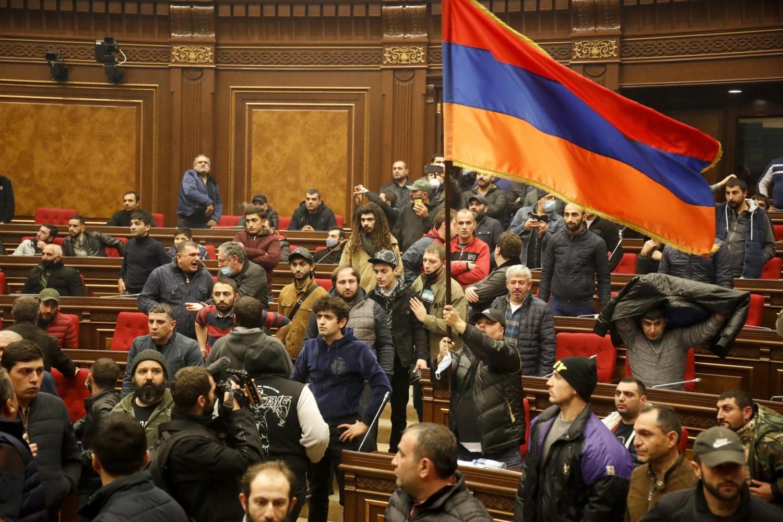 Demonstranti neposredno po upadu u Narodnu skupštinu sa zastavom Jermenije tokom protesta zbog potpisivanja mira, Jerevan, 10. novembar 2020. (Foto:Dmitri Lovetsky/AP Photo)