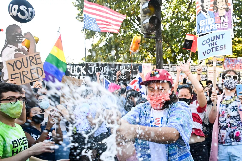 Bajdenove pristalice slave uz šampanjac navodnu pobedu Džoa Bajdena na Black Lives Matter trgz preko puta Bele kuće, Vašington, 07. novembar 2020. (Foto: Mandel Ngan/AFP/Getty Images)