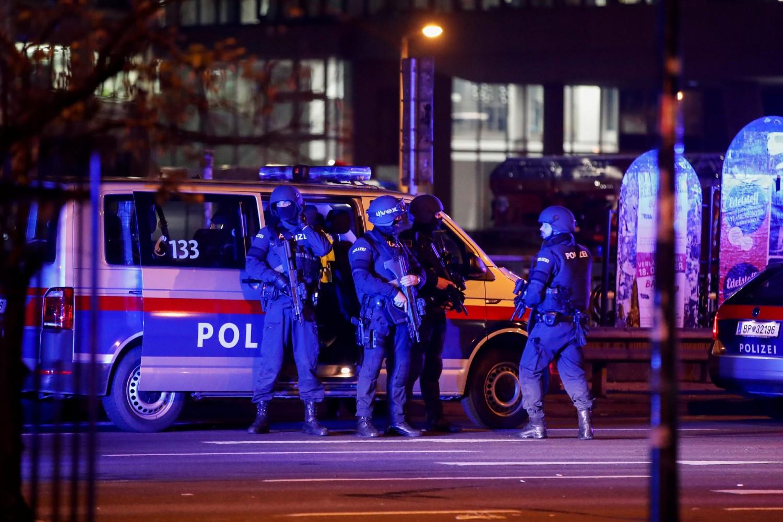 Policajci tokom patrolaranja ulicama Beča nakon serije terorističkih napada izvedenih u ovom gradu, 02. novembar 2020. (Foto: Leonhard Foeger/Reuters)